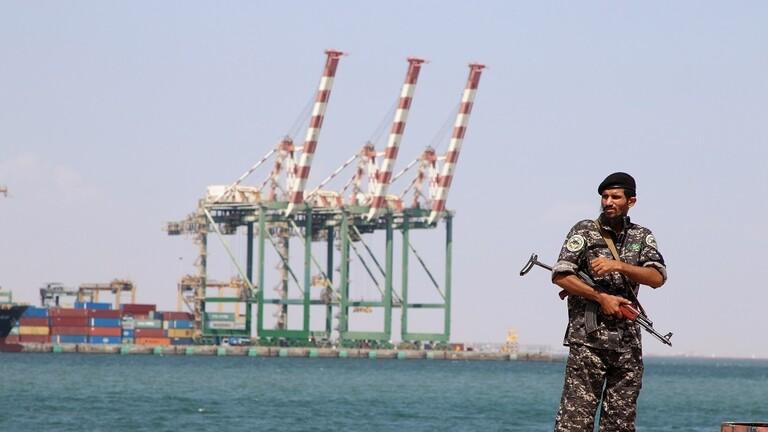 RT:محتجون عسكريون يغلقون ميناء الزيت النفطي بعدن للمطالبة بمرتباتهم المقطوعة منذ أشهر