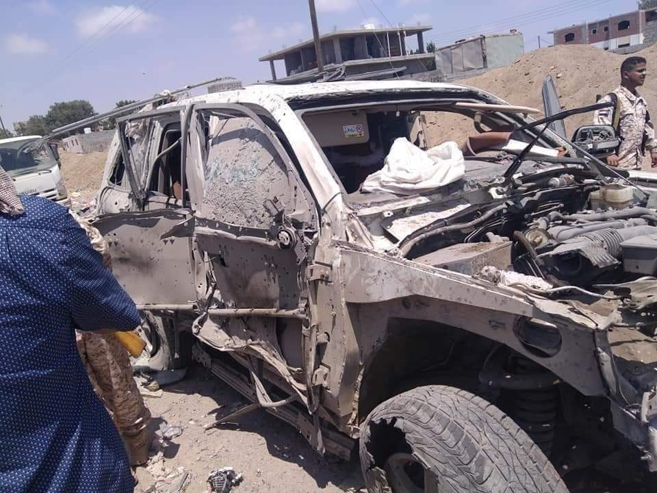 صور وتفاصيل لسقوط قتلى وجرحى بهجوم مفخخ استهدف قائد أمني بارز وأركانه بعدن