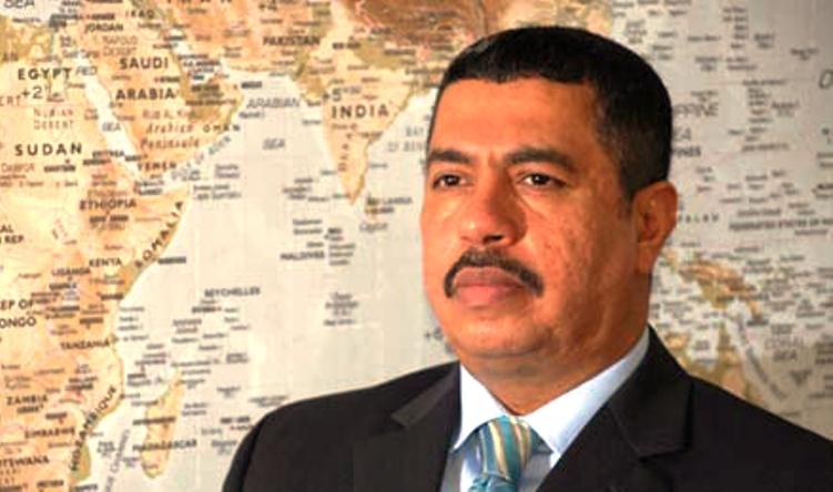بحاح يوضح أول تعليق له من استهداف مطار عدن ويتذكر حدثا مشابها