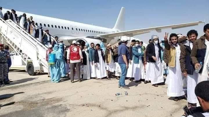 هكذا كان الفرق الصادم بين استقبال الشرعية والحوثيين للأسرى(صور)