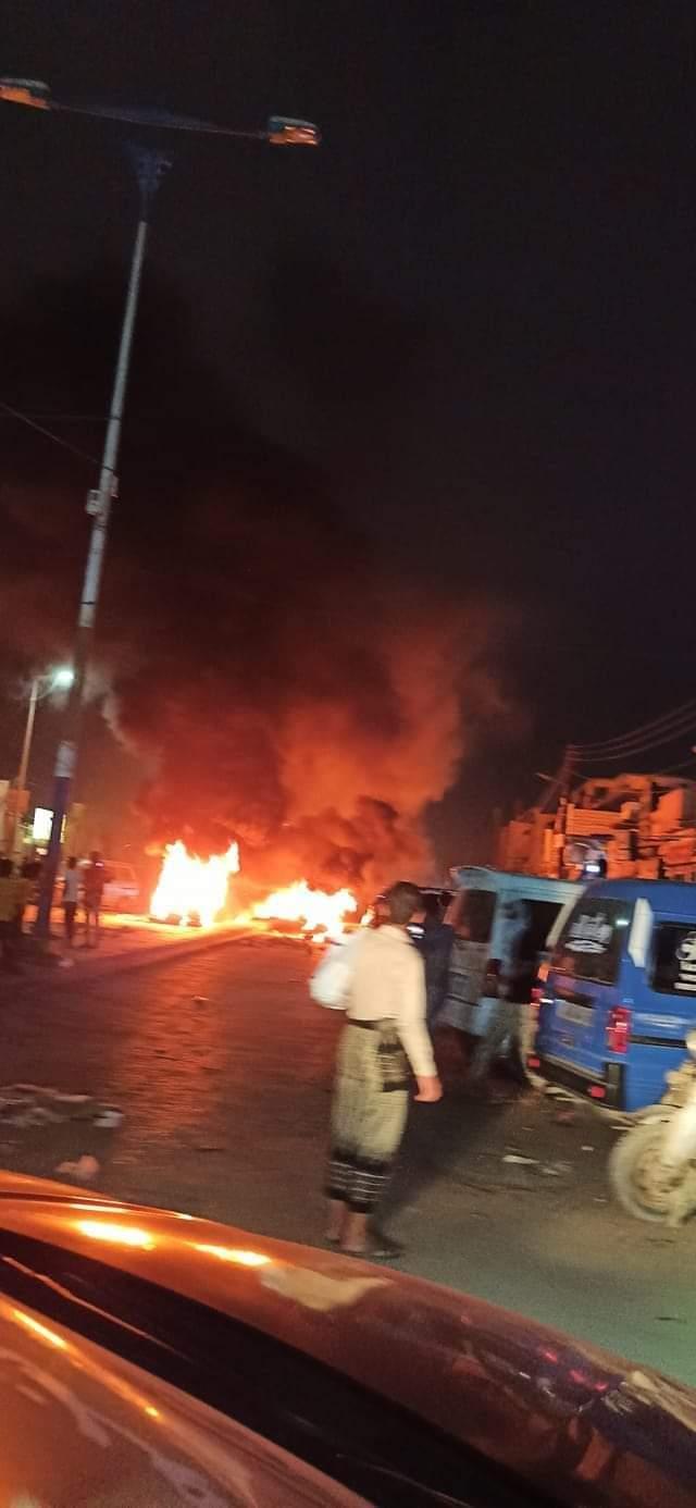 إحتجاجات غاضبة وقطع شوارع وإحراق اطارات بعدن وانباء عن رمي قنبلة(صور)