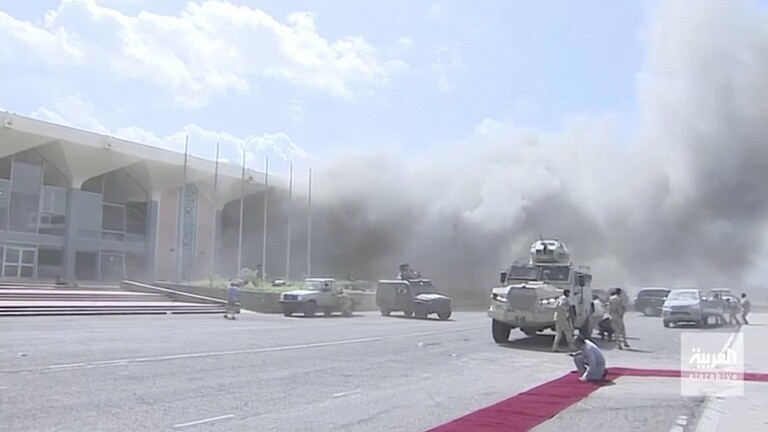 بالصور.. تفاصيل كاملة لانفجار هائل هز مطار عدن وخلف قتلى وجرحى